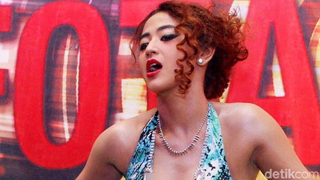 Dukung Jokowi, Dewi Perssik Goyang Gergaji di Acara Kampanye Golkar