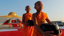 Viral di Thailand, Biksu Tawarkan Ibadah Online
