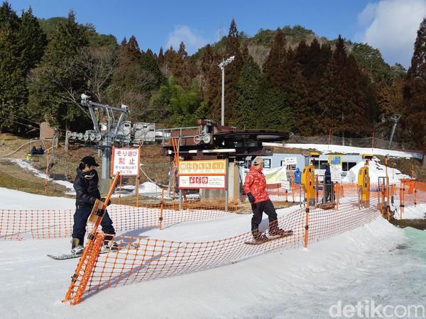 Tempat ski ini buka dari Desember-Maret, pukul 08.00-17.00 waktu setempat. Tempat ini akan sangat ramai saat akhir pekan tiba. (Bonauli/detikTravel)
