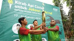 Kirab Api Cinta untuk Jokowi Tiba di Ambarawa