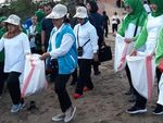Ibu Iriana Bawa Karung Goni Punguti Sampah di Pantai Ambon