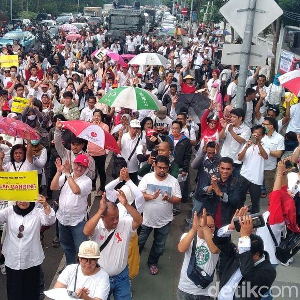 Ratusan Orang Demo Kejati Tuntut Cabut Banding 3 Terdakwa Sipoa
