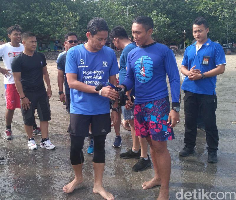 Dalam safari politik di Jawa Timur, Cawapres Sandiaga Uno singgah ke Wisata Bahari Pasir Putih Situbondo. Ia pun membandingkan keindahannya dengan Monako (Ghazali/detikTravel)