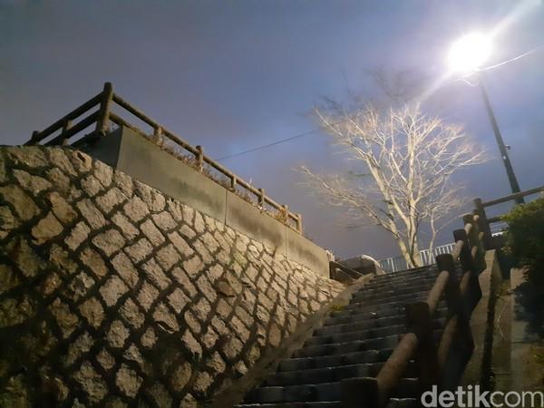 Tempat ini menyediakan area parkir yang cukup luas. Traveler bisa naik tangga menuju puncak untuk melihat keindahan Hiroshima dari ketinggian. (Bonauli/detikTravel)