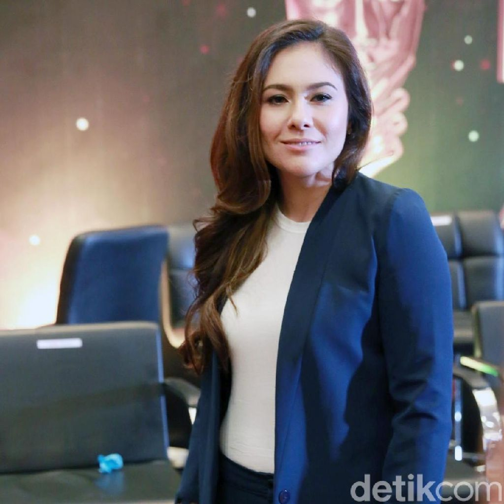 Wulan Guritno Ogah Komentari Kabar Pernikahan Syahrini dan Reino Barack