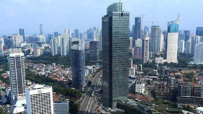 Deretan gedung pencakar langit menghiasi wajah Jakarta. Hari ini, salah satu gedung tertinggi diresmikan, yaitu Menara Astra.