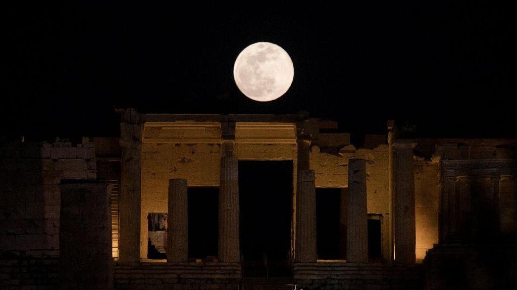 Keindahan Super Snow Moon di Langit Malam
