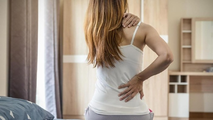 Keluhan nyeri leher saat bangun tidur bisa terjadi karena banyak hal (Foto: iStock)