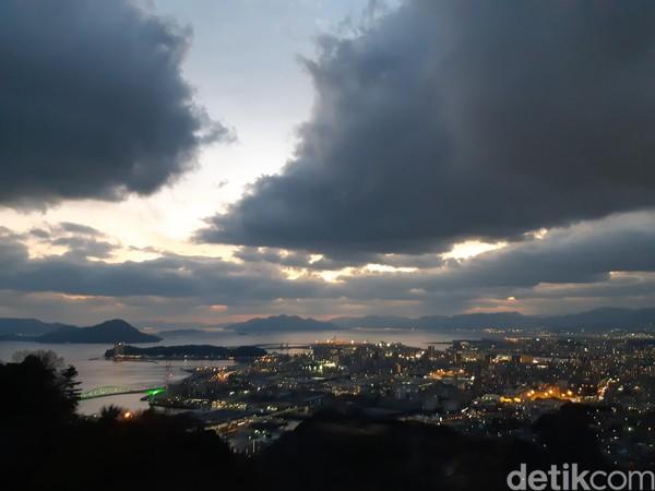 Saat senja tiba, pemandangan jadi semakin romantis. Lampu-lampu mulai nyala, langit mulai berwarna ungu dan perlahan menjadi gelap. (Bonauli/detikTravel)