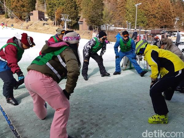 Untuk yang baru pertama kali main ski, bisa mendaftar di ski school di tempat ini. Untuk kursus 2 jam, kamu akan dikenakan biaya 1.500 yen atau Rp 190 ribu (Bonauli/detikTravel)