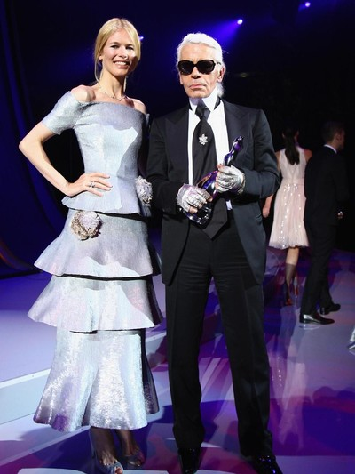 Karl Lagerfeld bersama salah satu muse-nya, Claudia Schiffer. Foto: Getty Images