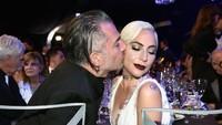 Selain itu Lady Gaga dan Christian Carino juga gagal bertunangan sebelum kejadian tersebut.Dimitrios Kambouris/Getty Images for Turner