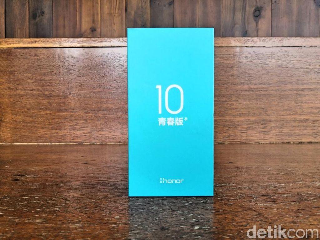 Kemasan Honor 10 Lite berwarna biru muda, seperti halnya boks ponsel Honor lain yang sudah diluncurkan selama ini. Ini adalah versi kemasan untuk yang beredar di China. Foto: detikinet