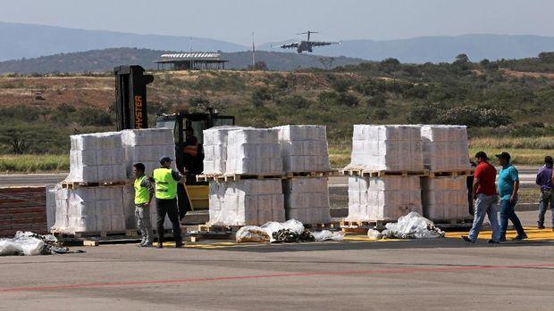 Bantuan untuk Venezuela menumpuk.