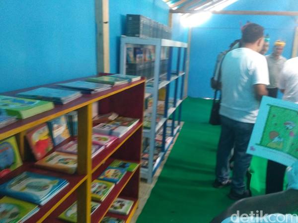 Ada buku untuk pelajar, buku pertanian, kelautan dll. Pemkab bersama pemerintah desa setempat akan melengkapi fasilitasnya hingga menarik wisatawan (Ghazali Dasuqi/detikTravel)