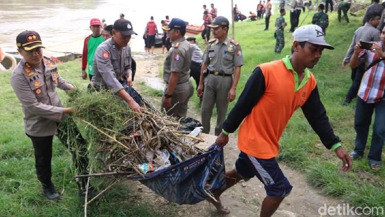 Bersama Warga dan TNI, Polisi Di Bojonegoro Bersihkan Bengawan Solo