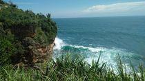 Teras Kaca: Memacu Adrenalin di Pantai Nguluran