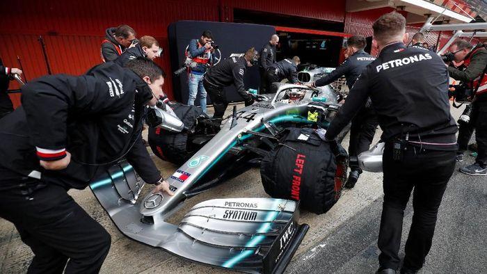 Lewis Hamilton di sesi pramusim Barcelona (Albert Gea/REUTERS)