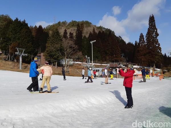 Di sepanjang trek, ada saja wisatawan yang jatuh karena belajar ski atau snowboard. Rupanya ini hal yang sangat wajar. (Bonauli/detikTravel)