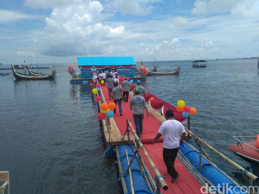 Perpustakaan terapung ada di Desa Gelung, Kecamatan Panarukan, Situbondon. Ada sedikitnya 1.180 buku dan bangunannya 30 meter dari bibir pantai, dihubungkan jembatan (Ghazali Dasuqi/detikTravel)