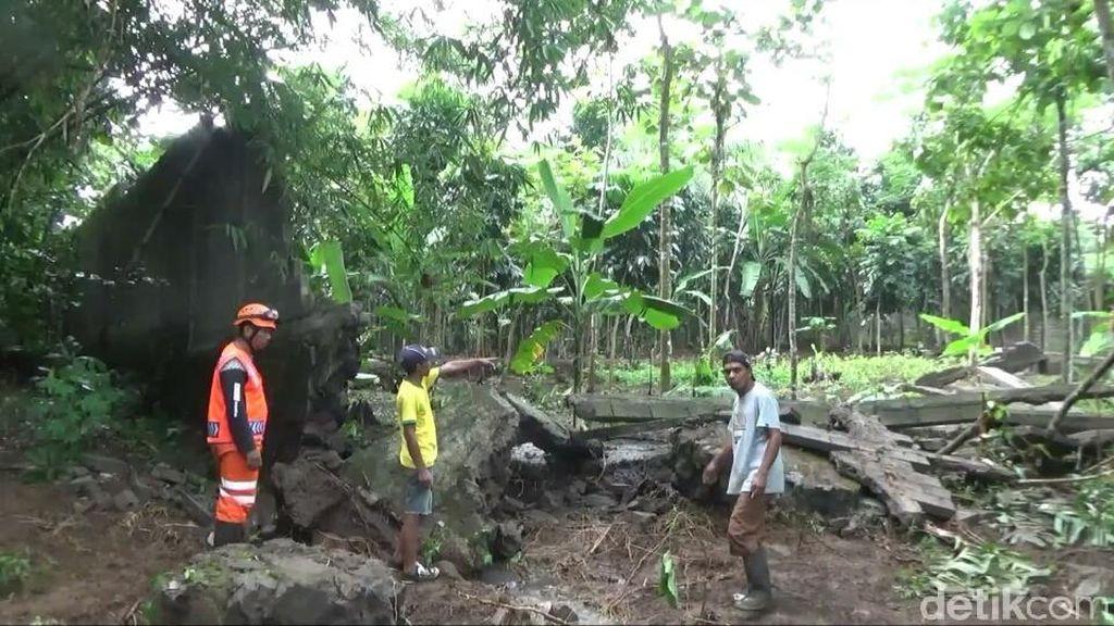 Banjir Bandang Terjang Rumah Warga di Tasikmalaya