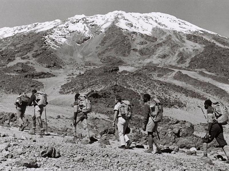 Pada 20 Februari 1969, 7 pendaki buta dan 4 temannya mendaki ke puncak Gunung Kilimanjaro, Tanzania. Ini adalah perayaan 50 tahunnya (Paul Latham/Sightsavers/BBC)