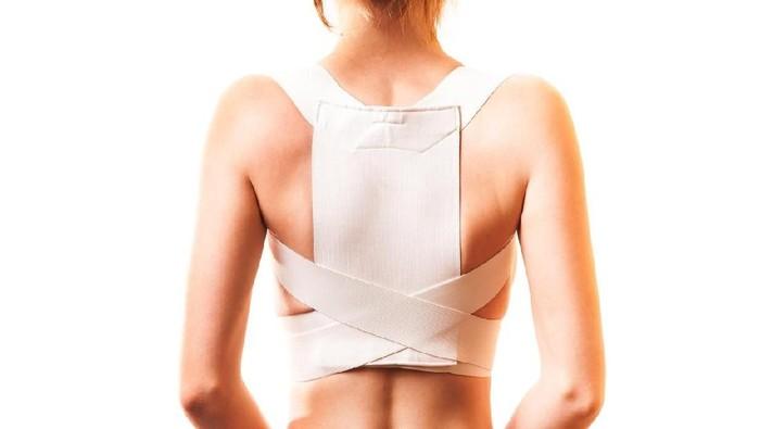 Ketika derajat skoliosis sudah lebih dari 20 derajat, biasanya dokter akan menyarankan pemakaian korset. Foto: iStock