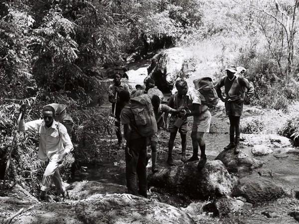 Perjalanan itu jadi headline semua surat kabar di Afrika dan semua pendaki disambut bak pahlawan. 3 Pasang sepatu bot usang mereka ditampilkan di Museum Nasional Uganda (Paul Latham/Sightsavers/BBC)