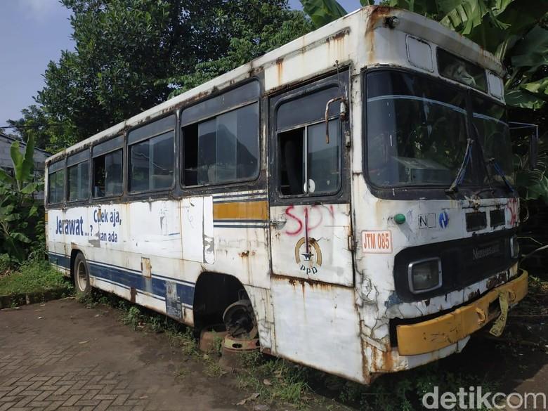 Bus Tua di Pool PPD Depok yang sudah tak terpakai. Foto: Ridwan Arifin
