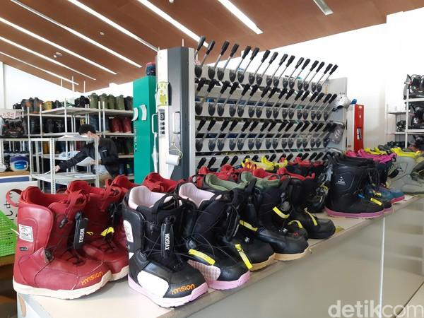 Sebelum masuk ke area bermain ski, traveler akan masuk ke toko suvenir di lantai bawah. Area ski berada di lantai 3. (Bonauli/detikTravel)