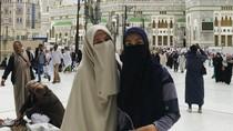 Fenita Arie dan Dhini Aminarti Bercadar Saat Umrah, Disebut Bidadari Surga