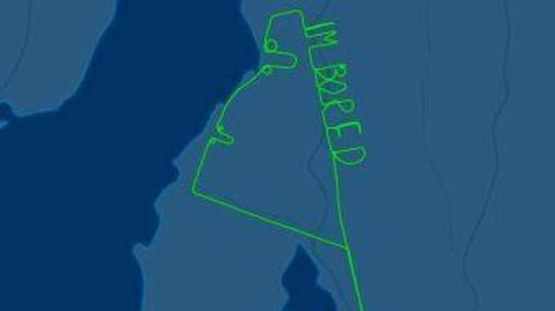 Jejak Pesawat Berbentuk Tulisan Im Bored di Angkasa Adelaide