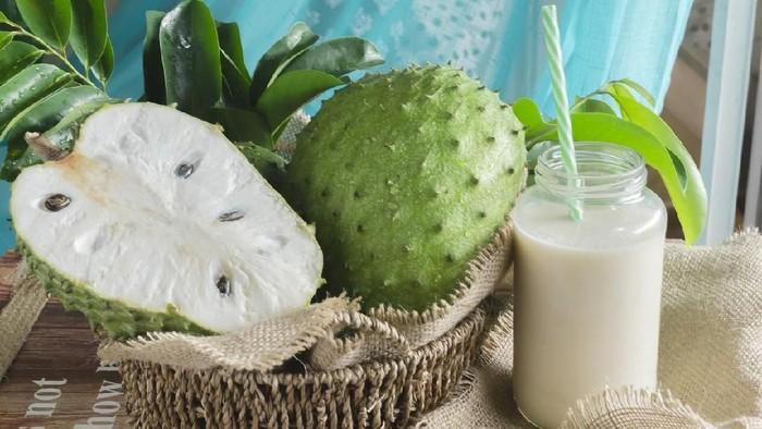 Ilustrasi buah sirsak dan daunnya. Foto: iStock