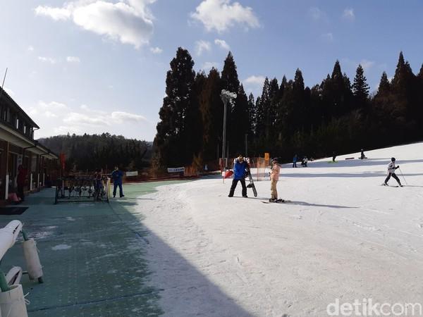 Kamu harus jeli terhadap panjang papan seluncur dan merasakan kemiringan es. Kalau sudah berani, tantangan selanjutnya adalah meluncur dari atas bukit. (Bonauli/detikTravel)