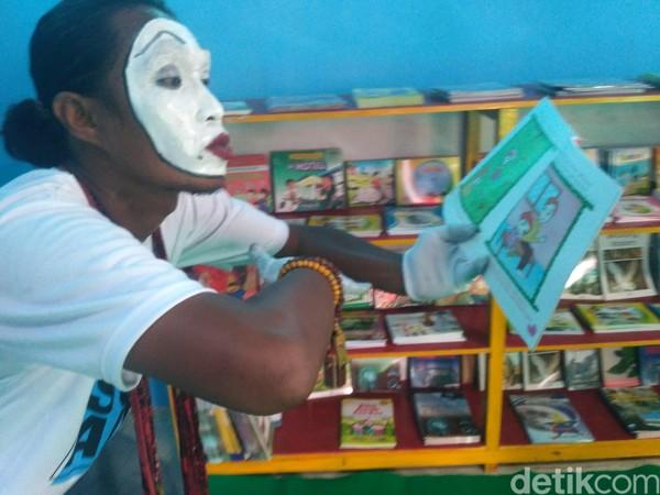Pembangunan perpustakaan terapung itu CSR dari BUMN PT Wijaya Karya (WIKA) Tbk. Donasi buku yang diberikan WIKA sangat tepat dalam menunjang proses belajar-mengajar (Ghazali Dasuqi/detikTravel)
