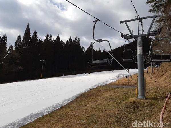 Kamu akan naik kereta gantung khusus ski ke atas bukit. Tak ada tali pengaman, karena saat tiba di atas bukit kamu harus langsung bangun dan berseluncur. (Bonauli/detikTravel)