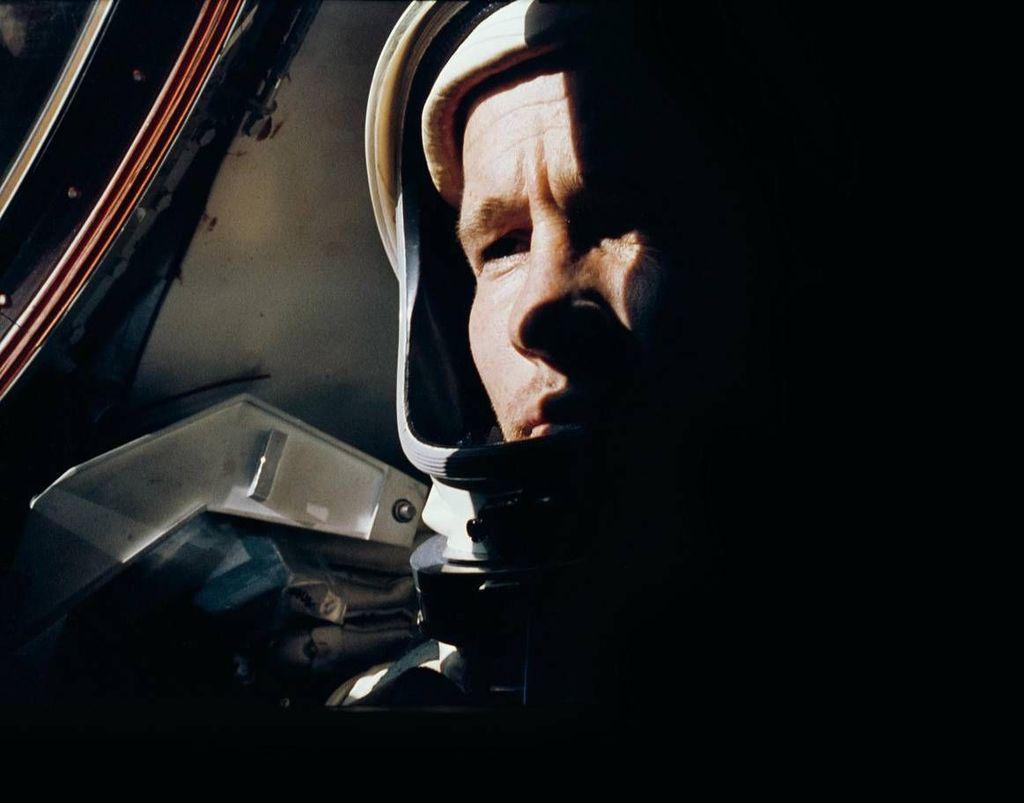 Astronot Ed White dijepret sesama astronot lain, Jim McDivitt, dalam misi Gemini 4. White kemudian keluar dan melakukan spacewalk bersejarah pada 3 Juni 1965. Foto: NASA