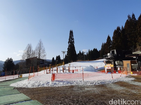 Setelah meminjam perlengkapan untuk ski, traveler akan dibawa ke area ski. Area ski sendiri terbagi dua, pemula dan mahir. (Bonauli/detikTravel)