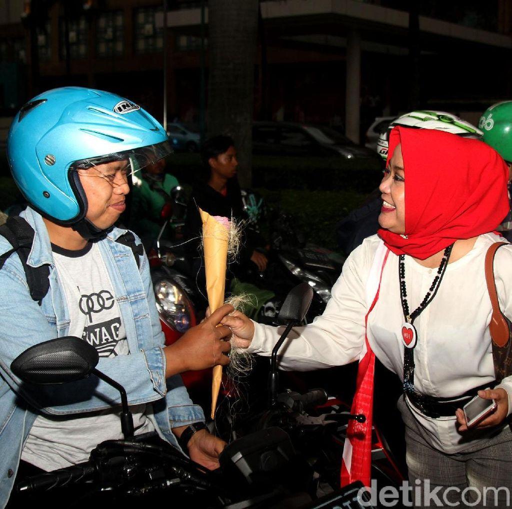 Aksi Emak-emak Pertiwi Bagikan Bunga Ajak Pemilu Damai