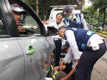 Alasan Sakit Perut, Sopir Taksi Online Ini Protes Diderek Dishub