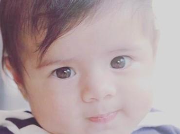 Imut banget senyum Baby Z. Mulai sadar kamera nih! (Foto: Instagram @carissa_puteri)