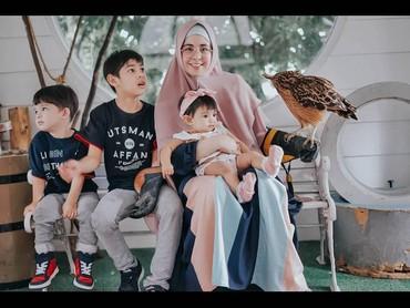 Nah, ini keseruan waktu Risty quality time bersama anak-anaknya. Lho, kok yang lihat kamera cuma Bundanya aja? He-he-he. (Foto: Instagram @ristytagor)