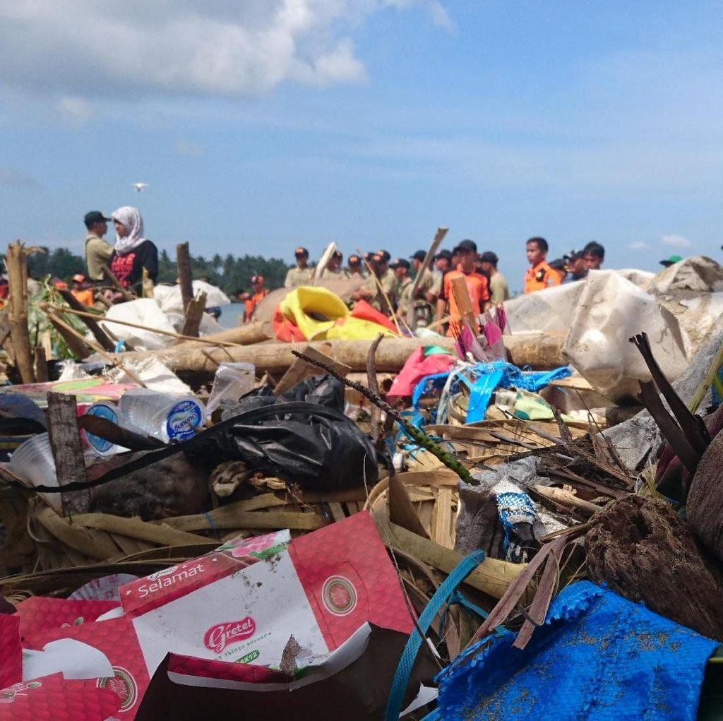 Bersih-bersih Pantai di Anyer, 1,6 Ton Sampah Terangkut