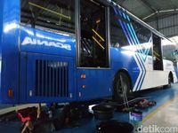Perawatan Bus Transjakarta di Mayasari Bakti.