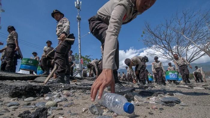 Memperingati Hari Peduli Sampah Nasional, warga hingga polisi menggelar aksi bersih-bersih. (Foto: Antara Foto)