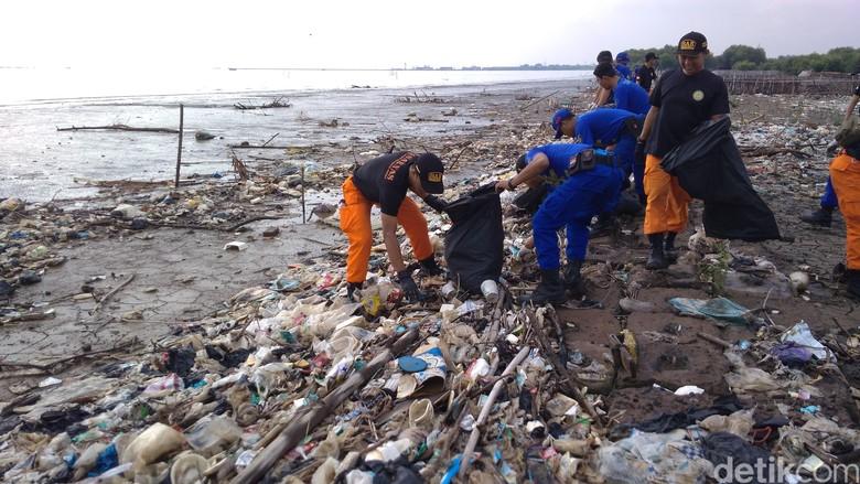 Hari Peduli Sampah, Polisi Galang Gerakan Bersih Pantai di Jabar