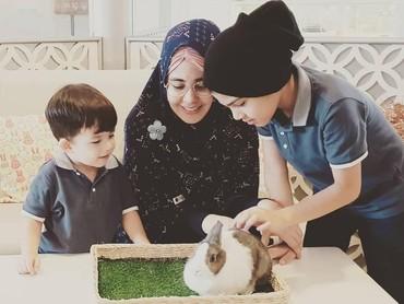 Kalau lihat dari beberapa unggahan Instaram miliknya, Risty sering mengenalkan anak-anaknya dengan hewan. (Foto: Instagram @ristytagor)