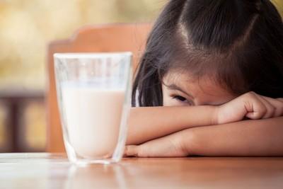 Trik agar Anak Semangat Minum Susu