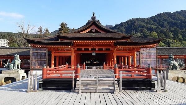 Bagian dalam kuil ada Haraiden di tengah sebagai tempat berdoa, Taka-Butai sebagai bagian tertinggi untuk pementasan seni tari, Hira-Butai di paling depan untuk menyambut tamu. (Bonauli/detikTravel)