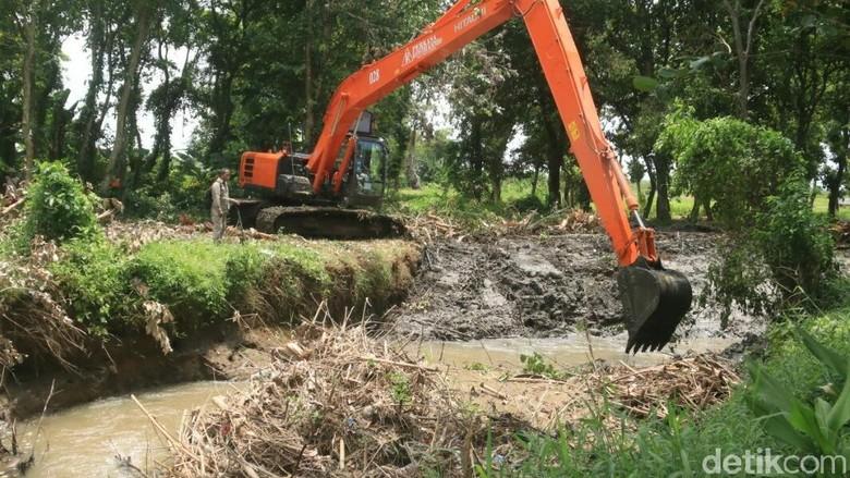 Antisipasi Banjir, Warga Banyuwangi Keruk Sungai Gonggo